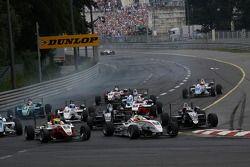 Start: Roberto Merhi, Mücke Motorsport Dallara F308 Mercedes, Alexander Sims, ART Grand Prix Dallara