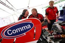 Mécaniciens F2 au travail sur la voiture de Jolyon Palmer