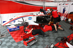 Mécaniciens F2 au travail sur la voiture de Benjamin Lariche