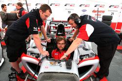 Mécaniciens F2 au travail sur la voiture de Nicola de Marco