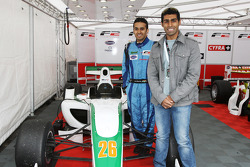 Karun Chandhok, Hispania Racing F1 Team, met landgenoot Armaan Ebrahim