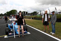 Karun Chandhok, Hispania Racing F1 Team, with Armaan Ebrahim on the grid