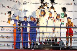 LMGT1 podium: klassewinnaars Gabriele Gardel, Patrice Goueslard en Fernando Rees, tweede plaats Juli