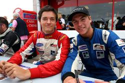 Jolyon Palmer et Jack Clarke à la session d'autographes de la F2