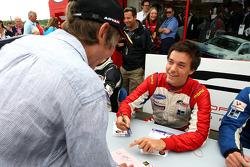 Jolyon Palmer rencontre un fan à la session d'autographes de la F2
