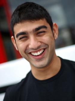 Armaan Ebrahim en session d'autographes