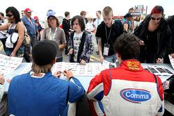 Jack Clarke et Jolyon Palmerà la session d'autographes de la F2