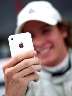 Ivan Samarin avec son iPhone en session d'autographes