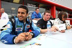 Parthiva Sureshwaren; Dean Stoneman en Natalia Kowalska in de Formule 2 handtekeningsessie