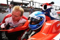 Jonathan Palmer CEO MotorSport Vision, avec son fils Jolyon Palmer sur la grille de la course 2