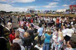 Les invités F2 sur la grille autour de la voiture de Jolyon Palmer