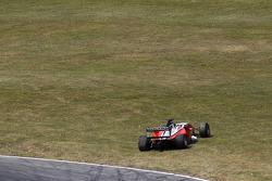 Julian Theobald sort de la piste