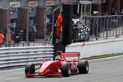 vainqueur Philipp Eng passe la ligne