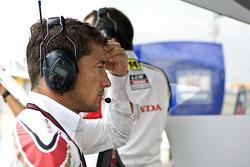 Gerente de MotoGP LCR Honda Lucio Cecchinello después del choque de Randy de Puniet, LCR Honda MotoG