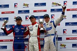 Podium (depuis la gauche): Daisuke Nakajima, Daniel Mckenzie et Adriano Buzaid