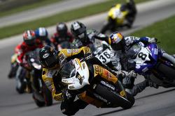 #1 Richie Morris Racing - Suzuki GSX-R600: Danny Eslick devant le peloton au tour 1