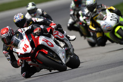 #44 RidersDiscount.com - Suzuki GSX-R1000: Taylor Knapp dépasse Szoke