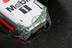 Поврежденный носовой обтекатель на машине Льюиса Хэмилтона, McLaren Mercedes после аварии во время т