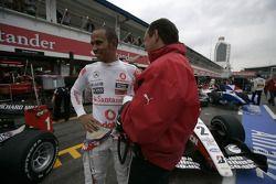 Lewis Hamilton platica con Frederic Vasseur, ART Grand Prix director del equipo