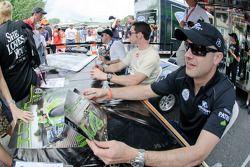 Marino Franchitti, Simon Pagenaud en David Brabham zetten handtekeningen