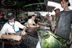 David Brabham, Simon Pagenaud en Marino Franchitti delen handtekeningen uit