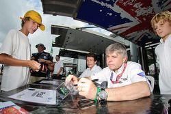 Paul Drayson en Jonny Cocker signeert handtekeningen