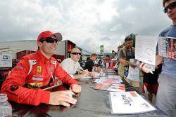 Jaime Melo, Gianmaria Bruni, en Mika Salo delen handtekeningen uit