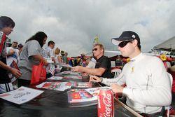 Pierre Kaffer en Mika Salo signeert handtekeningen