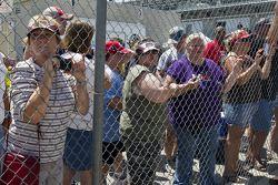 Les fans attendent hors des garages