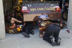 David Ragan's team werkt aan de UPS Ford Fusion