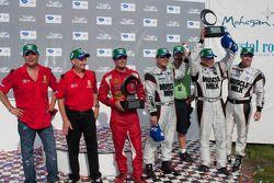 Michelin Green X Challenge podium: prototype winnaars Greg Pickett en Klaus Graf, GT winnaars Jaime