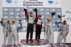 GT class podium: vainqueurs de la catégorie Jorg Bergmeister et Patrick Long, 2e Bill Auberlen et Tom Milner, 3e Dirk Müller et Joey Het