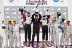 GT class podium: vainqueurs de la catégorie Jorg Bergmeister et Patrick Long, 2e Bill Auberlen et T