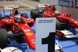 Переможець Фернандо Алонсо та другий призер Феліпе Масса, обидва - Ferrari