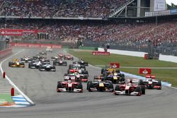 Rennstart: Felipe Massa, Scuderia Ferrari; Fernando Alonso, Scuderia Ferrari; Sebastian Vettel, Red