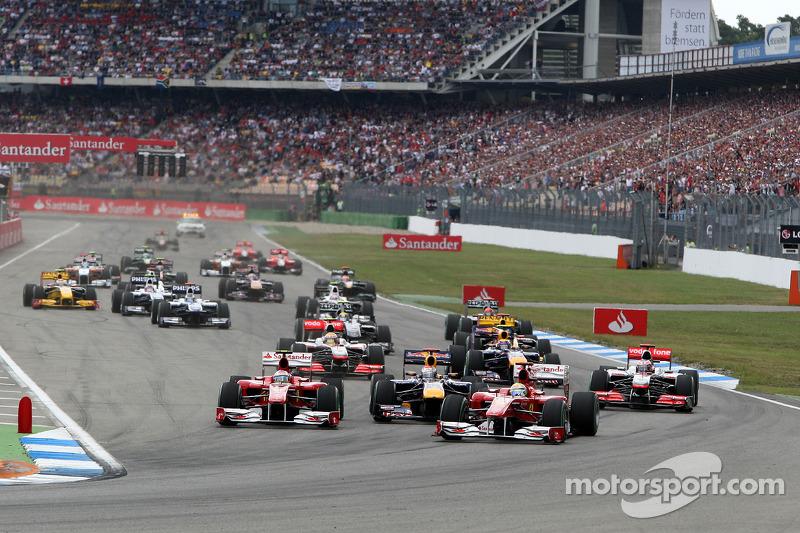 Felipe Massa, Scuderia Ferrari leads Fernando Alonso, Scuderia Ferrari y Sebastian Vettel, Red Bull Racing al inicio de la carrera