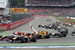 Льюис Хэмилтон, McLaren Mercedes и Марк Уэббер, Red Bull Racing на старте