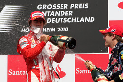 Подіум: переможець Фернандо Алонсо (Ferrari) та третій призер Себастьян Феттель (Red Bull Renault)