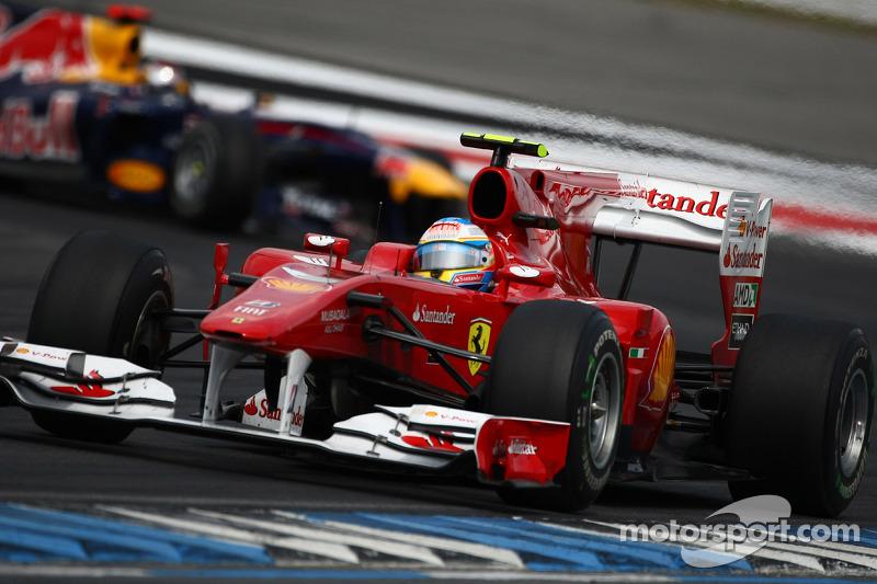 Фернандо Алонсо (Ferrari) попереду Себастьяна Феттеля (Red Bull Renault)