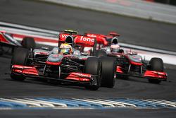 Льюис Хэмилтон, McLaren Mercedes едет впереди Дженсона Баттона, McLaren Mercedes
