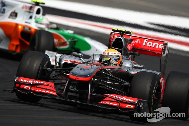 Льюіс Хемілтон (McLaren Mercedes) попереду Вітантоніо Ліуцці (Force India Mercedes)