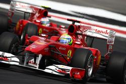Феліпе Масса (Ferrari) попереду Фернандо Алонсо (Ferrari)