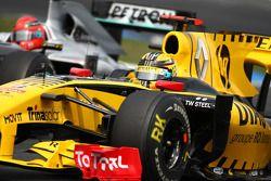 Robert Kubica, Renault F1 Team devant Michael Schumacher, Mercedes GP