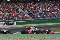 Льюис Хэмилтон, McLaren Mercedes едет впереди Марка Уэббера, Red Bull Racing