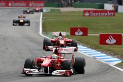 Феліпе Масса, Scuderia Ferrari, лідирує попереду Фернандо Алонсо, Scuderia Ferrari