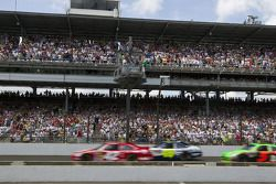 Start: Juan Pablo Montoya, Earnhardt Ganassi Racing Chevrolet devant le peloton