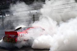 El ganador de la carrera, Jamie McMurray, Earnhardt Ganassi Racing Chevrolet, festeja
