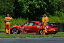 Jamie Melo's Ferrari wordt uit de modder gesleept