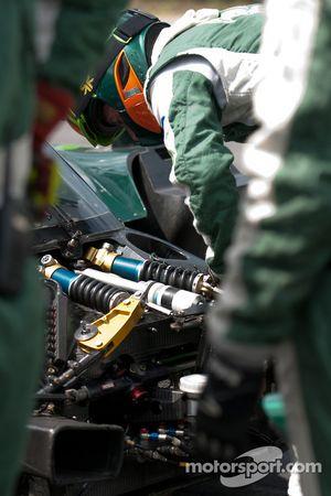 Drayson Racing membre de l'équipe au travail
