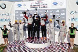GT klasse podium: klasse winnaars Jorg Bergmeister en Patrick Long, tweede plaats Bill Auberlen en T